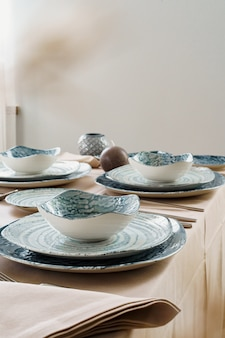 Tafel met stijlvolle servies op beige tafellaken