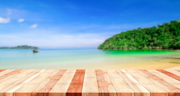 Tafel met strand wazig