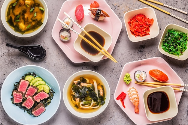 Tafel met traditionele japanse gerechten, bovenaanzicht.