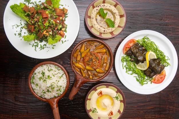 Tafel met typisch libanese gerechten, warak enab, ocra