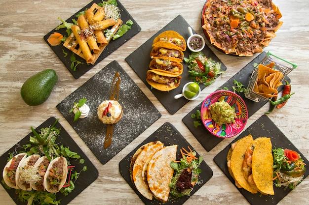 Tafel met typisch mexicaans eten van boven gezien.