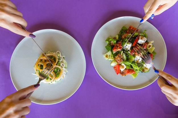 Tafel met veel salade bovenaanzicht. verschillende salades op betonnen tafel, bovenaanzicht. groentesalade, salade met gerookte zalm, ceviche en stracciatella.