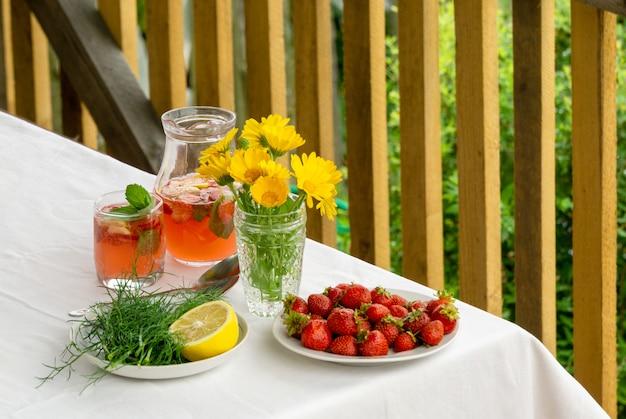 Tafel met zomer snacks en aardbeien limonade