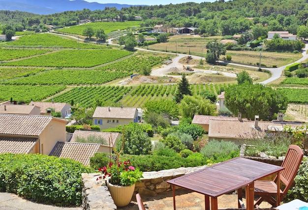 Tafel op een terras met uitzicht op het wijngaardveld op de heuvels in de vaucluse in frankrijk