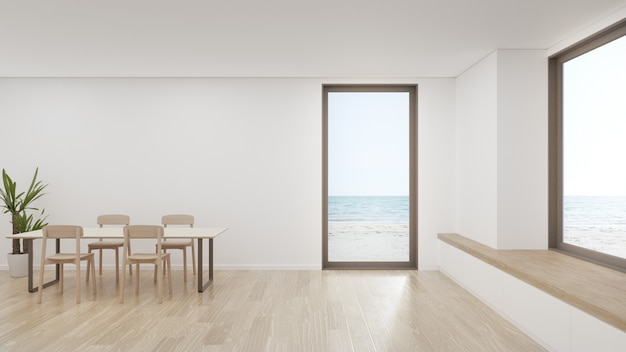 Tafel op houten vloer van grote eetkamer in modern huis of luxe hotel.