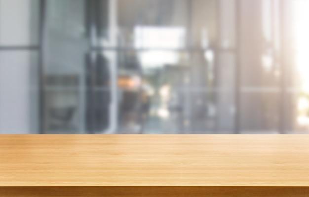 Tafel op moderne kantoor stad achtergrond met lege kopie ruimte op tafel voor product display mockup
