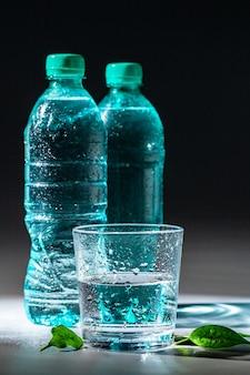 Tafel set mineraalwaterfles en glas geserveerd