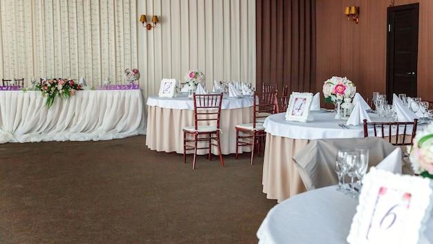 Tafel set voor diner in restaurant, luxe interieur achtergrond. bruiloft banket catering service