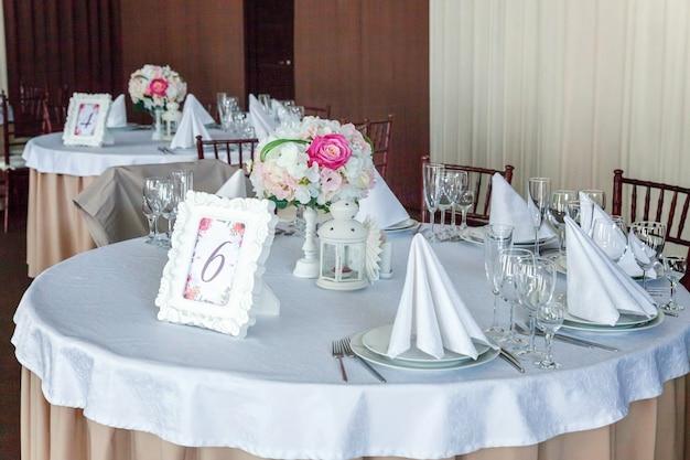 Tafel set voor het diner in restaurant interieur achtergrond. bruiloft banket catering service