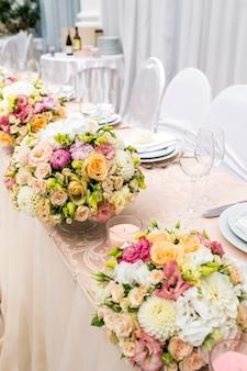 Tafel versierd met een vaas met bloemen