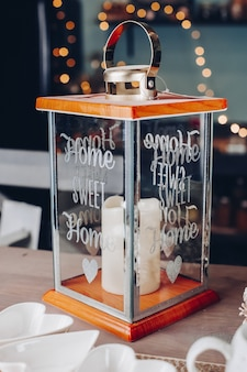 Tafel versierd met kaars en gerechten voor een feest met lampjes op de achtergrond. oudejaarsavond concept