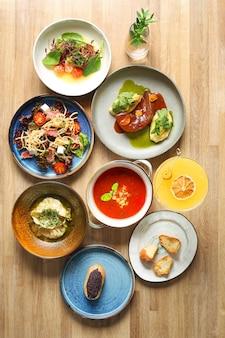 Tafel vol eten. bovenaanzicht volledige tafel met eten. eettafel concept op houten tafel.