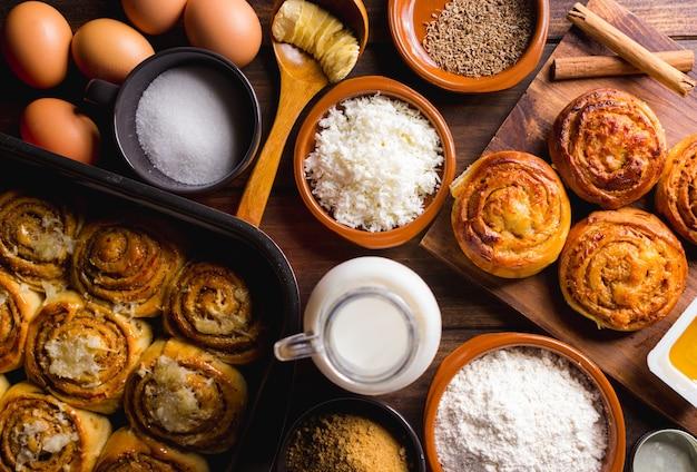 Tafel vol ingrediënten voor de bereiding van kaneelbroodjes-desserts typisch in venezuela
