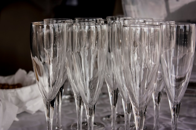 Tafel vol kristallen glazen klaar voor het feest en gebruikt om drankjes te serveren.