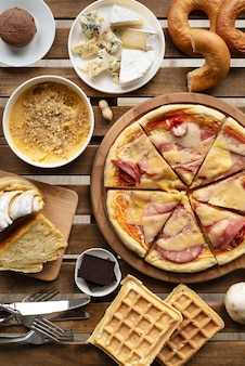 Tafel vol met eten bovenaanzicht