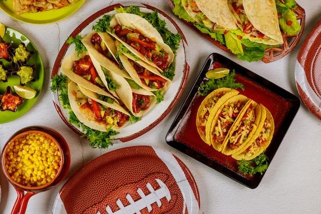 Tafel vol met heerlijke snack voor het kijken naar een voetbalwedstrijd. mexicaans eten.