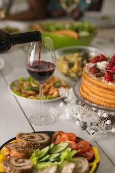 Tafel vol met maaltijden en wijn