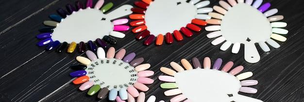 Tafel vol met manicure gebruiksvoorwerpen, manicure gereedschappen, nagellak kleuren op palet. nagels kunstaccessoires.