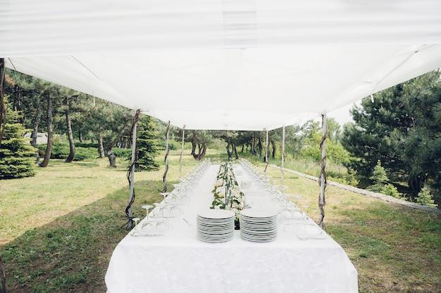 Tafel voor een huwelijksreceptie in de open lucht