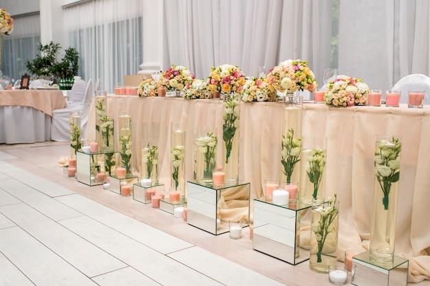 Tafel voor het banket met bloemen voor pasgetrouwden