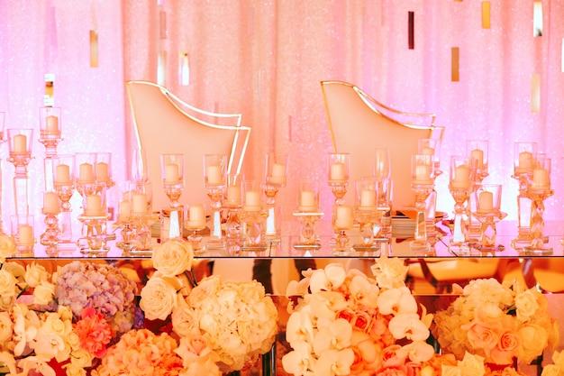 Tafel voor pasgetrouwden met veel kaarsen