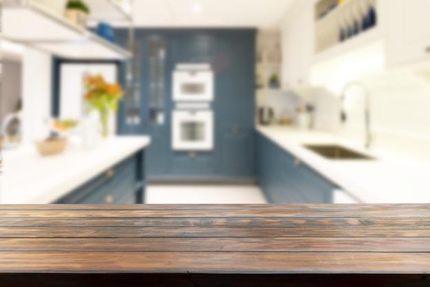 Tafelblad in een wazige keuken op de achtergrond.