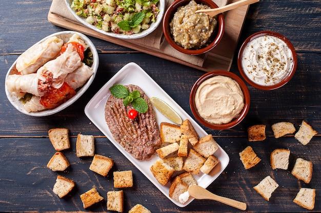 Tafelblad met arabische snacks