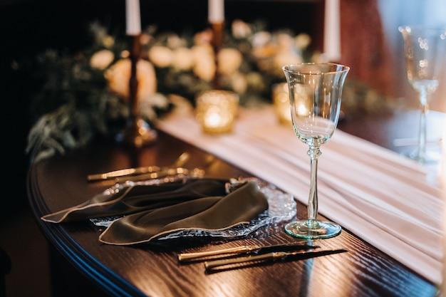 Tafeldecoratie bruiloft op de tafel in het kasteel, bestek op tafel.