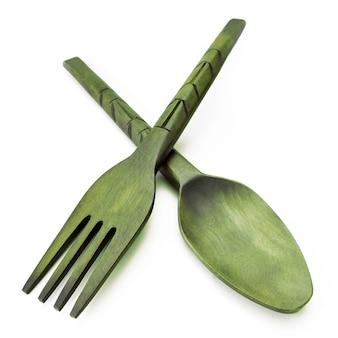 Tafellepel en vork van hout op witte achtergrond. artikelen van voedsel