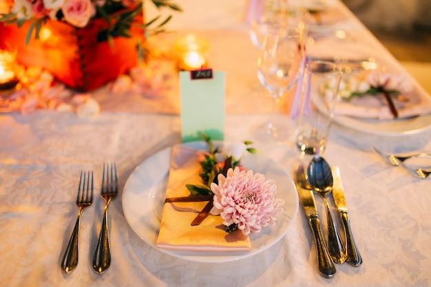 Tafelopstelling bij een bruiloftsbanketdecoratie bloemen