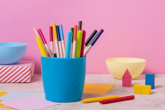 Tafelopstelling met pennenbakje