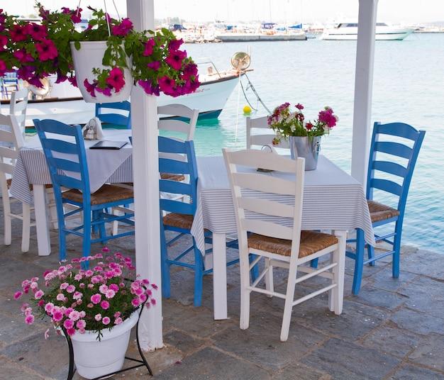 Tafels en stoelen aan de waterkant