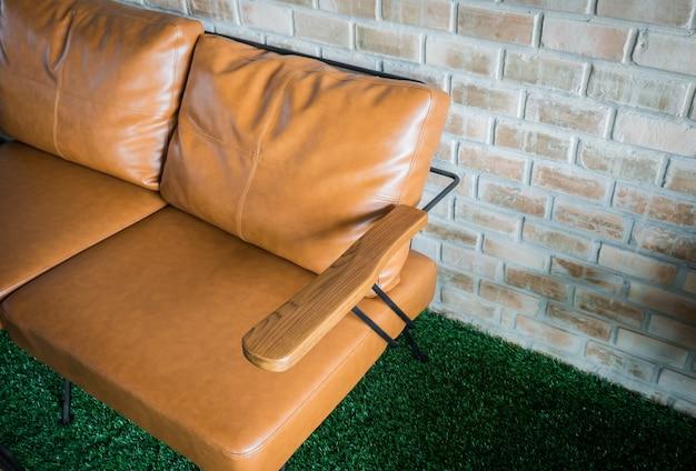 Tafels en stoelen in het restaurant.