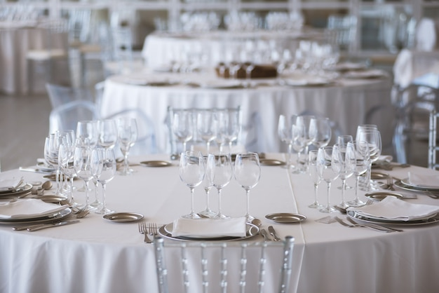 Tafels ingericht voor een trouwdag