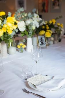 Tafelset met gele rozen voor een feestelijk feest