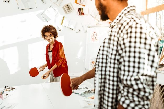 Tafeltennis. creatieve stijlvolle jonge artiesten die even rusten tijdens het spelen van tabletsnis