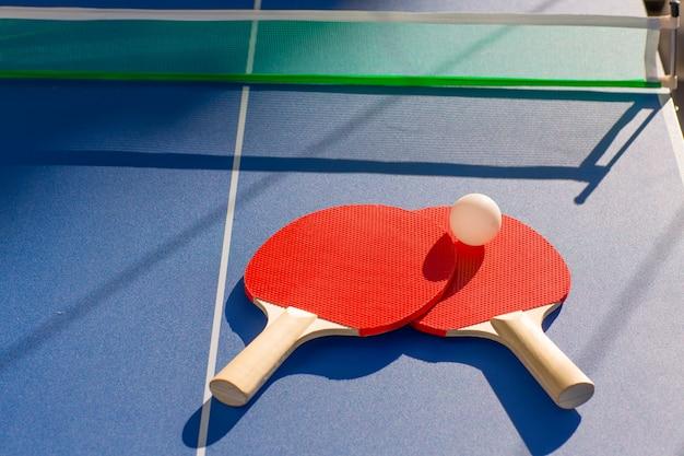 Tafeltennis ping pong twee peddels en een witte bal