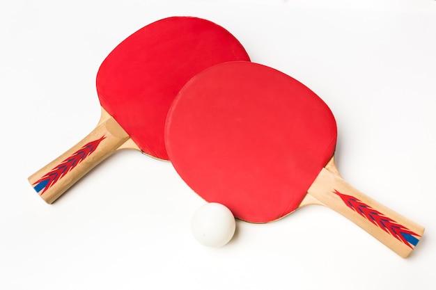 Tafeltennisracket en bal op een witte achtergrond