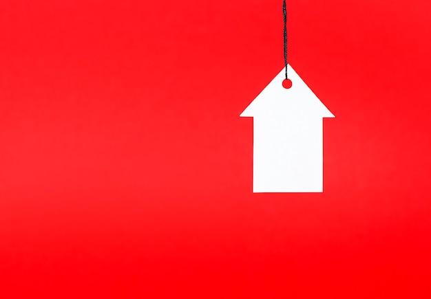 Tag in de vorm van een huis op een rode achtergrond