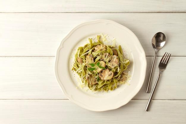 Tagliatelle met spinazie en champignons, champignons, in roomsaus, gezonde voeding, vegetarische schotel, bovenaanzicht, horizontaal, geen mensen, hoge kwaliteit foto
