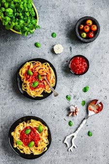 Tagliatelle-pasta met arrabbiatasaus, basilicum, knoflook en cherrytomaatjes