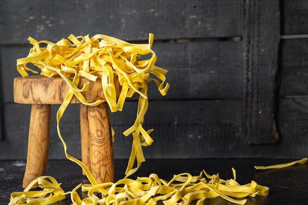 Tagliatelle rauwe pasta durumtarwe verse portie klaar om te eten maaltijd snack op tafel kopieer ruimte