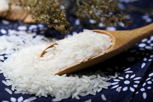 Tai rijst in een houten kom