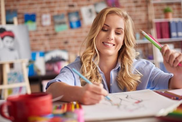 Taille omhoog van tekenende vrouw met potloden
