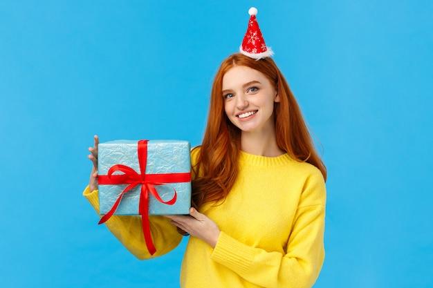 Taille-up portret jonge schattige roodharige blanke vrouw viert kerstvakantie