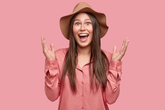Taille-up shot van dolgelukkig europese vrouw gebaren actief, roept uit van geluk