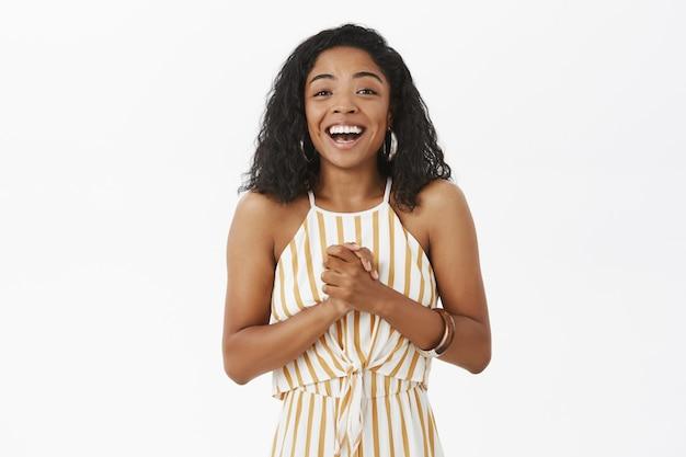 Taille-up shot van tevreden en opgetogen gelukkige jonge afro-amerikaanse vrouw