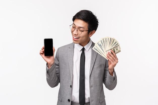 Taille-up van gelukkige, succesvolle jonge mannelijke it-zakenman in grijs pak