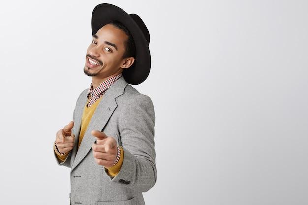 Taille-up van sasssy zelfverzekerde afro-amerikaanse zakenman wijzende vingers, gefeliciteerd, goed gedaan gebaar