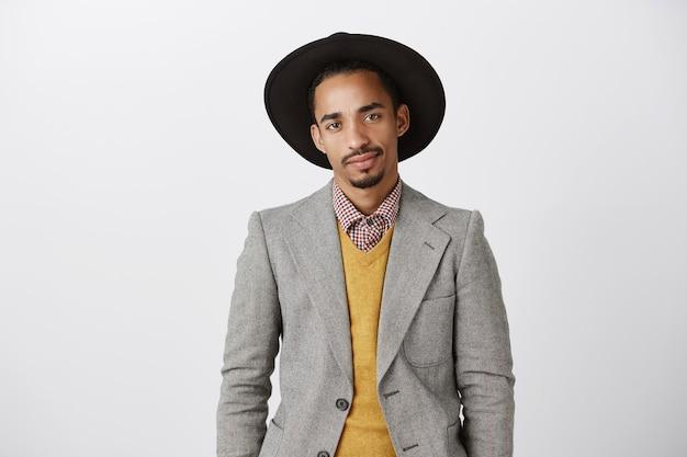 Taille-up van succesvolle zelfverzekerde afro-amerikaanse zakenman die brutaal kijkt
